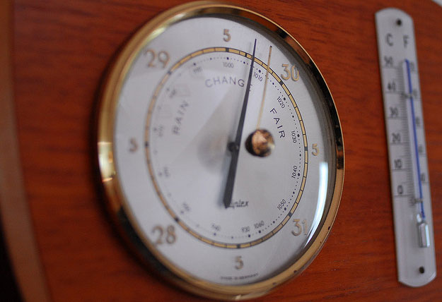 Barometer that can show low humidity in winter